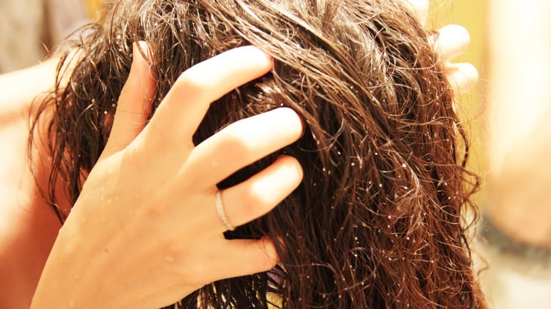 девушка наносит скраб для волос