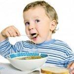 ребенок сам ест ложкой