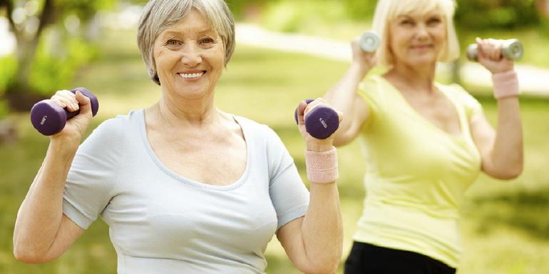 женщина за 40 делает упражнения для похудения