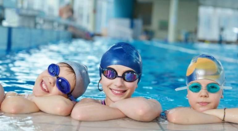 Плавание детей в бассейне