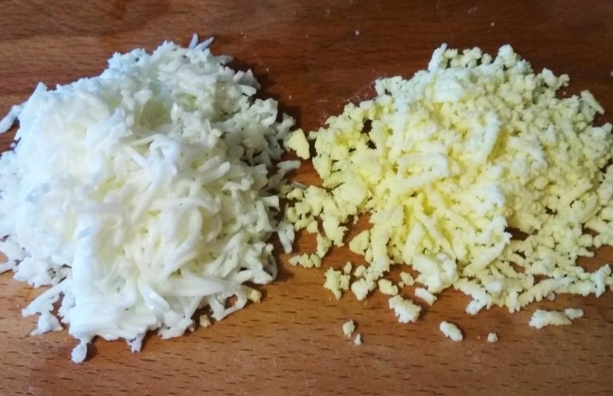 натираем на терке яичный белок и желток