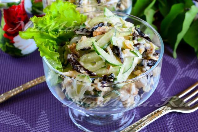 Салат с черносливом и свежим огурцом