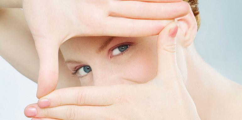 девушка в домашних условиях сняла усталость с глаз