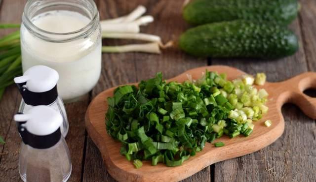 Салат из листьев черемши с огурцом