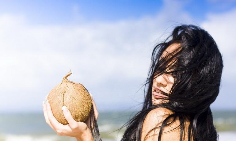 девушка с кокосом