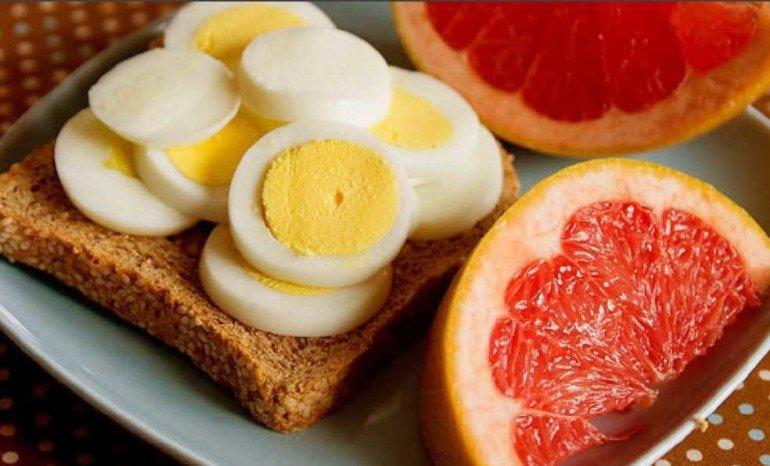 Грейпфрут и два яйца: чем опасна набирающая популярность диета