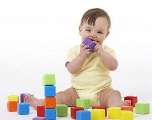 развитие малыша игра в кубики