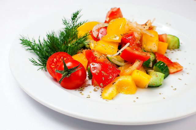 Салат из свежих помидоров со сладким перцем