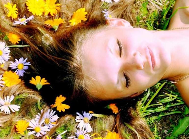 Как отвар ромашки помогает оздоровить кожу головы и волосы