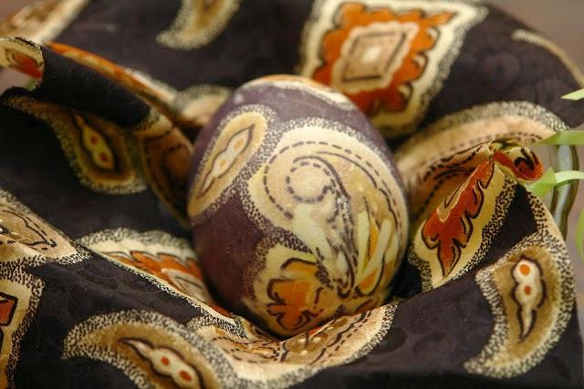 как красить яйца тканью