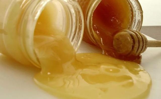 Какой мед полезнее: темный или светлый